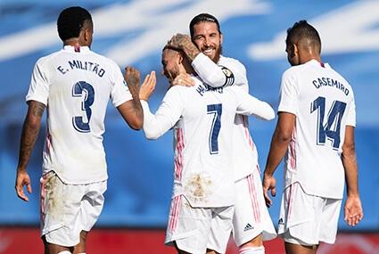 Piłkarze Realu Madryt gratulują Edenowi Hazardowi