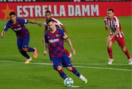 Leo Messi w starciu z Atletico