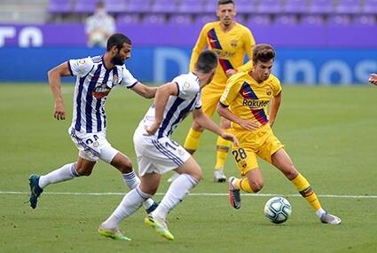 Riqui Puig podczas meczu z Realem Valladolid