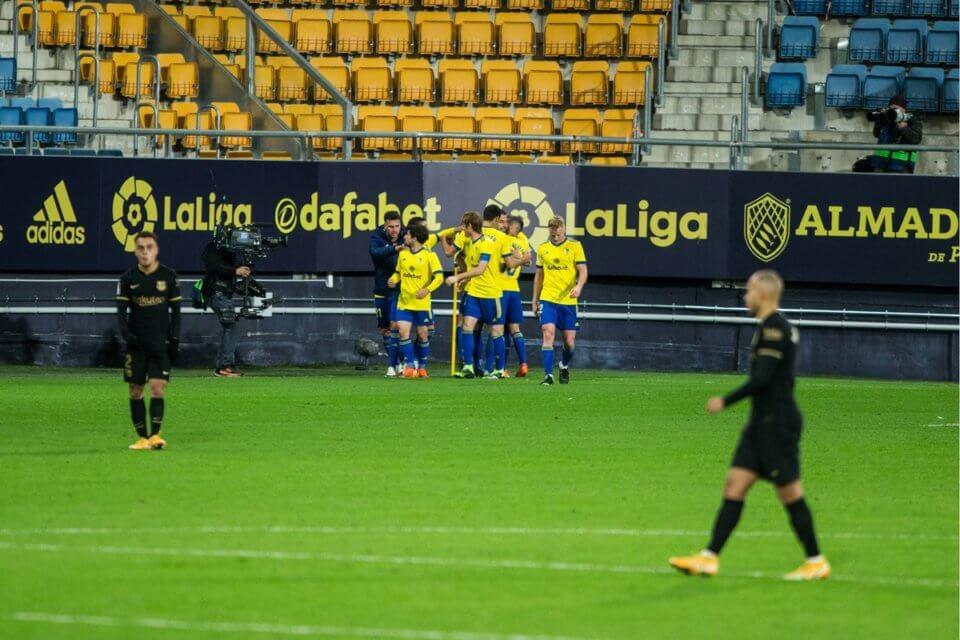 Piłkarze Cadiz w meczu z Barceloną