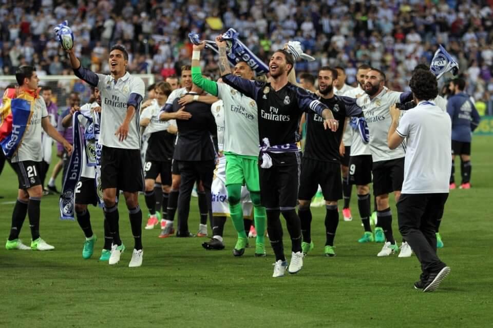 Piłkarze Realu Madryt świętujący mistrzostwo