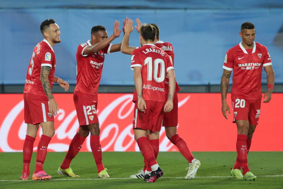 Gracze Sevilli cieszący się z gola